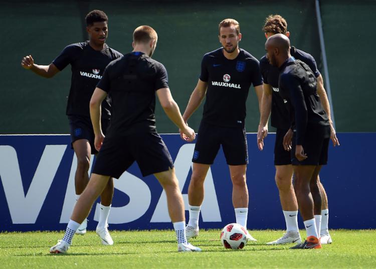 Harry Kane (centro) tem seis gols e entra em campo também para manter a artilharia da Copa - Foto: Paul Ellis | AFP