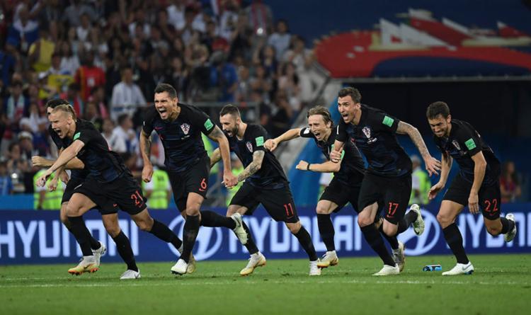 Jogadores comemoram classificação em cima da anfitrião do Mundial - Foto: Adrian Dennis   AFP