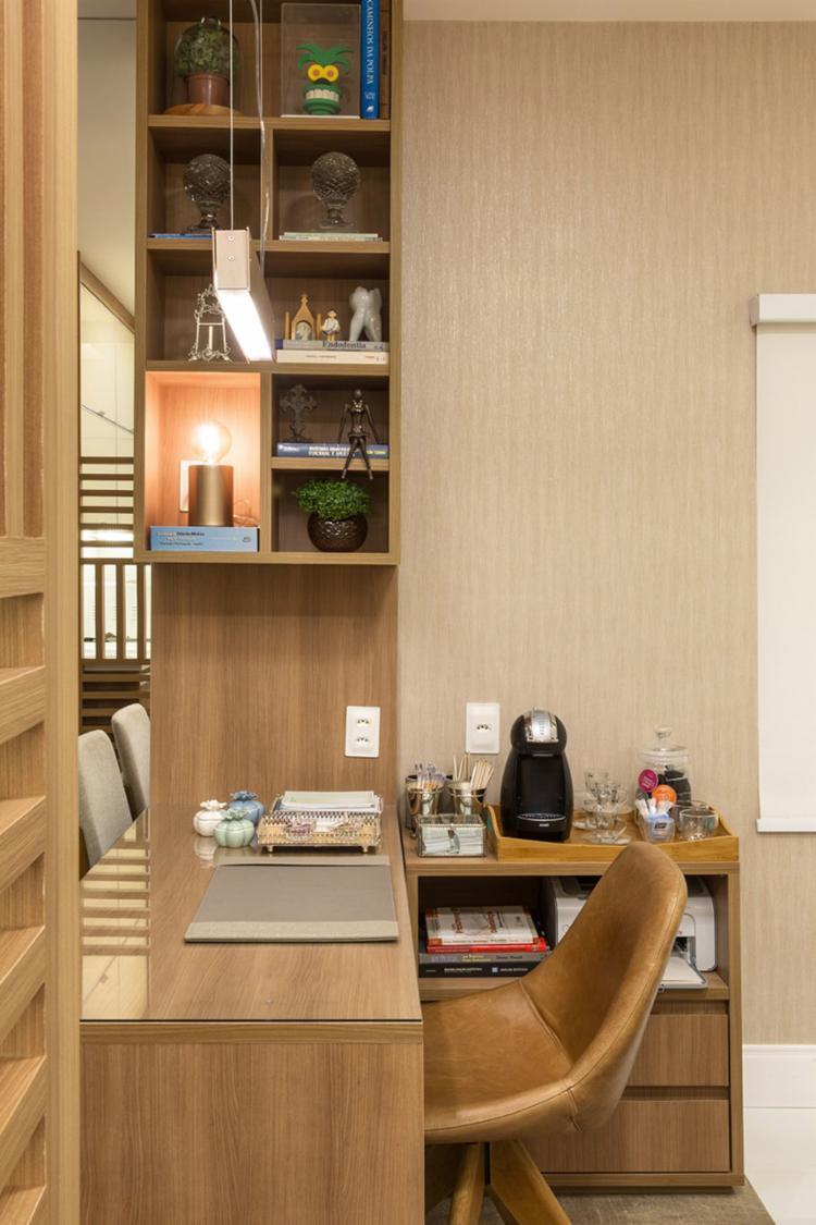 Estante decora e separa o escritório de outros cômodos da casa - Foto: Lucas Silva l Divulgação