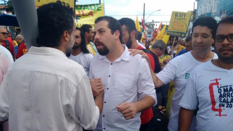 Guilherme Boulos foi um dos candidatos à Presidência presentes no desfile - Foto: Franco Adailton | Ag. A TARDE