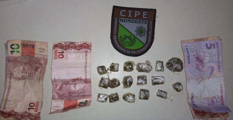 Com os suspeitos foram encontrados 17 trouxas de maconha, três celulares e R$ 75 - Foto: Divulgação | SSP-BA