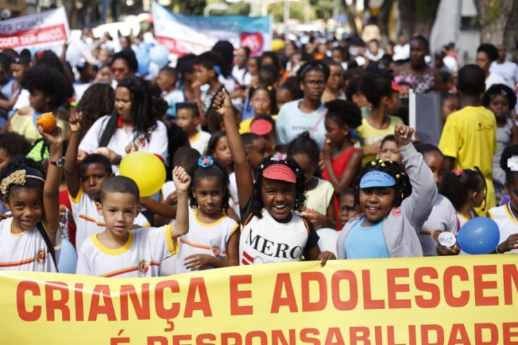 Crianças e adolescentes vão às ruas para conscientizar população sobre seus direitos - Foto: Raul Spinassé | Ag. A TARDE