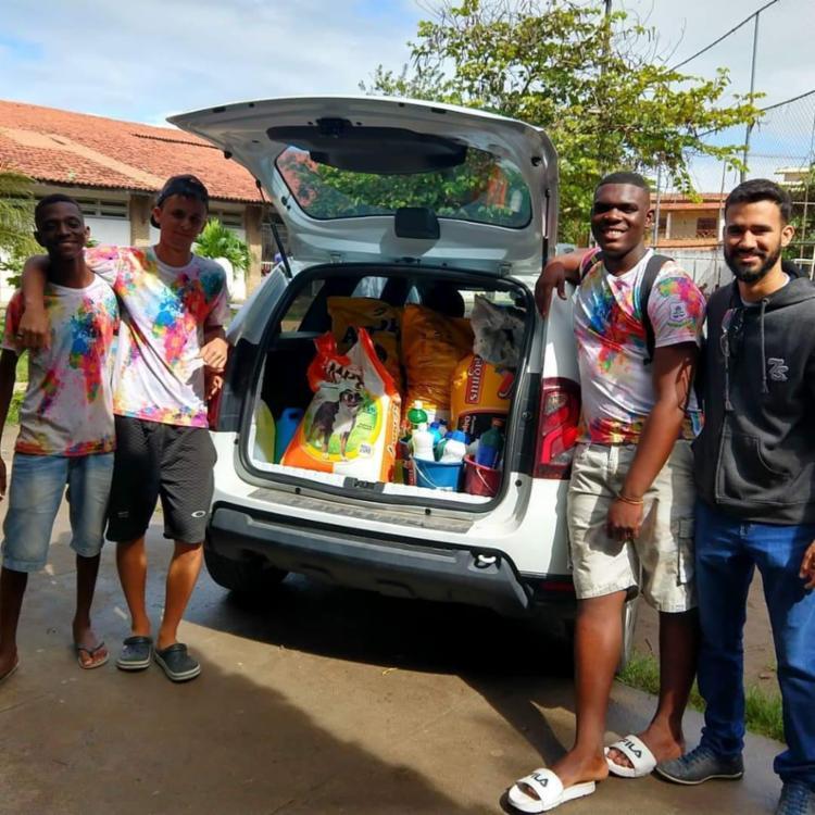 Uma das provas da gincana foi arrecadar ração e outros produtos para doar à Associação Protetora dos Animais de Feira de Santana (APA) - Foto: Divulgação