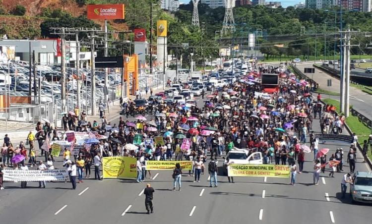 Servidores municipais participam de caminhada em direção ao Shopping da Bahia - Foto: Jeremias Silva | Divulgação | Sindseps