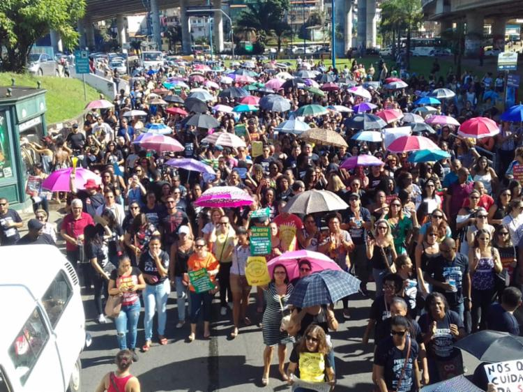 Centenas de trabalhadores saíram da Rótula do Abacaxi em protesto por reajuste salarial