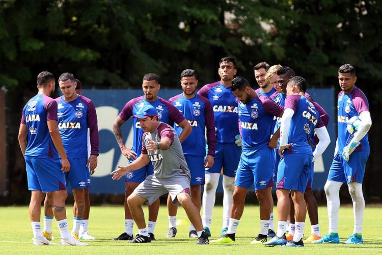 Técnico Enderson Moreira orienta os jogadores durante atividade no Fazendão - Foto: Felipe Oliveira l EC Bahia