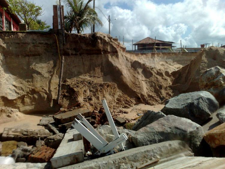 Diversas ruas, casas, pousadas e bares foram derrubados pela ação da erosão marinha - Foto: Ascom Cordec | Divulgação