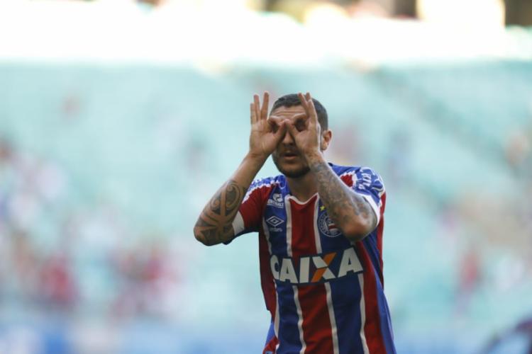 Zé Rafael comemora um dos quatro gols do Tricolor contra o rival Rubro-Negro - Foto: Adilton Venegeroles / Ag. A TARDE