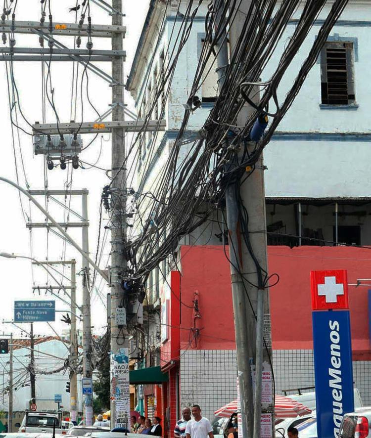 No Campo da Pólvora, excesso de fios preocupa moradores e pedestres