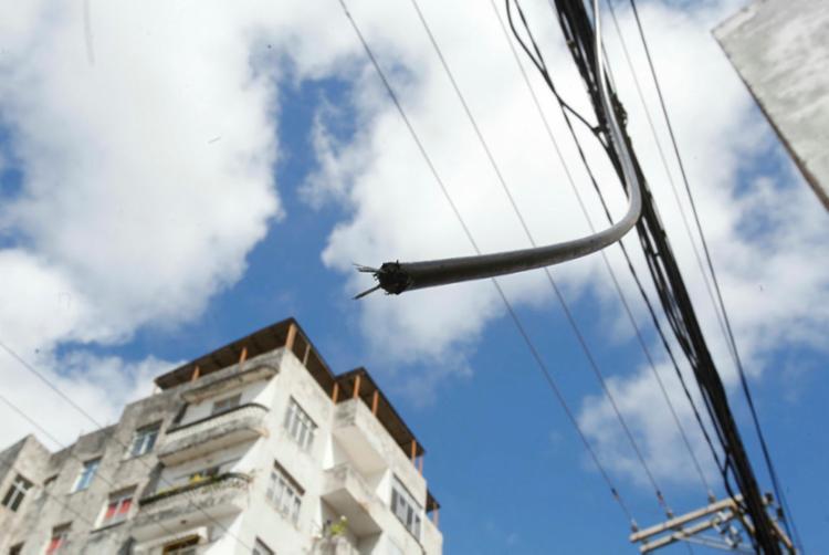 Quase um ano após A TARDE mostrar situações de risco nas redes de fiação, pouca coisa mudou - Foto: Margarida Neide | Ag. A TARDE