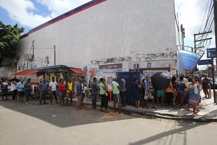 População espera por horas em posto de loja na Calçada - Foto: Margarida Neide l Ag. A TARDE