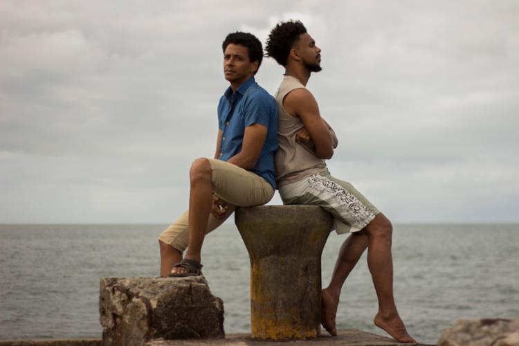 O filme conta a história de um jovem da periferia da ilha onde nasceu que sequestra um cineasta para contar sua própria vida - Foto: Divulgação