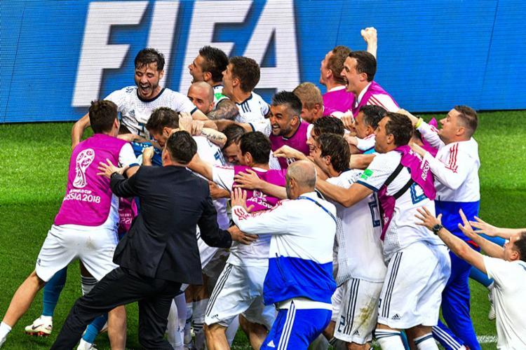Após o goleiro da Rússia defender o último pênalti, jogadores foram comemorar - Foto: Antonov MladeN |AFP