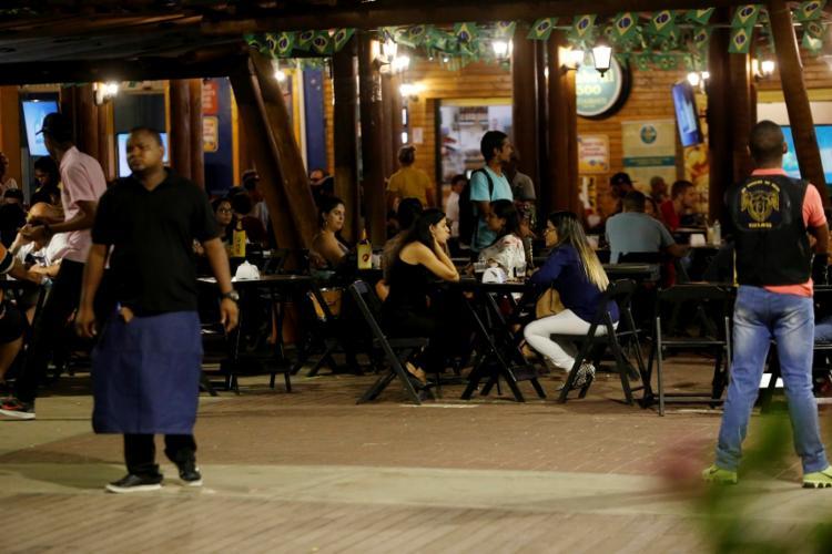 O Largo da Mariquita, no Rio Vermelho, chama a atenção pela quantidade de bares - Foto: Adilton Venegeroles / Ag. A TARDE