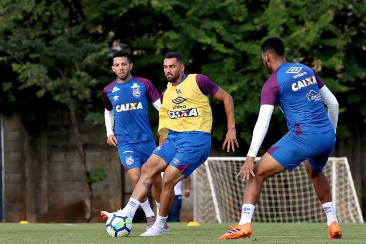 Atacante Gilberto (centro) seguiu nesta terça-feira, 17, para Santa Catarina - Foto: EC Bahia l Divulgação