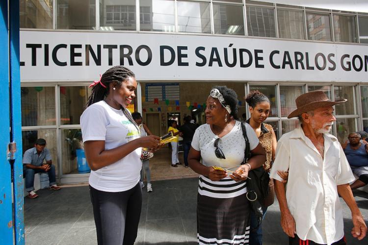 Integrantes da entidade Vontade de Viver entregam panfletos para pacientes do Centro de Saúde Carlos Gomes - Foto: Margarida Neide l Ag. A TARDE