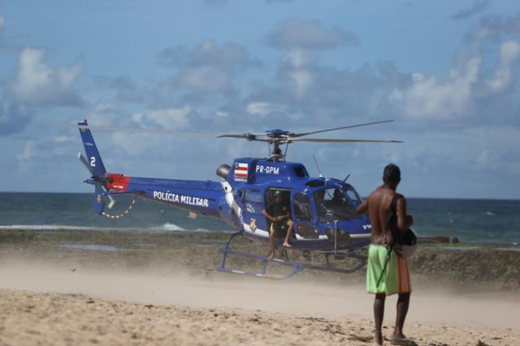 Helicóptero da PM é usado para realizar a busca - Foto: Raul Spinassé   Ag. A TARDE