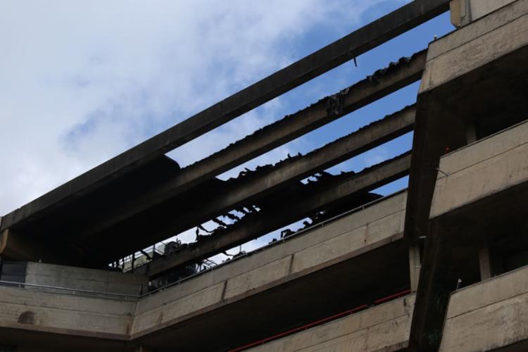 Incêndio atingiu o terceiro e o quarto pavimentos do prédio - Foto: Luciano Carcará | Ag. A TARDE