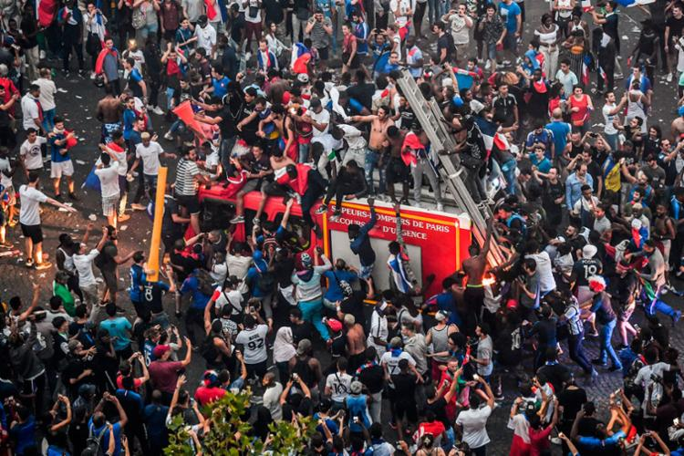 Alguns torcedores provocaram danos aos patrimônio durante comemoração pelo título da seleção francesa - Foto: Gerard Julien | AFP
