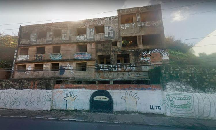 Após demolição, edifício dará espaço para a construção de baia para paragem de ônibus - Foto: Reprodução | Google Street View