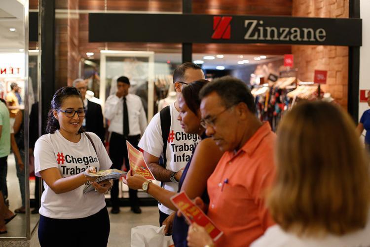 Juízes do trabalho distribuíram material a frequentadores do centro comercial - Foto: Raul Spinassé l Ag. A TARDE