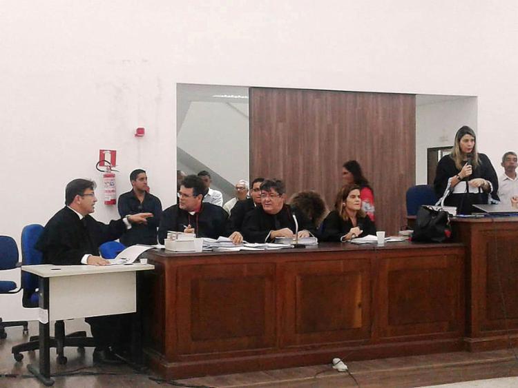 Júri, sob a presidência da juíza Márcia Simões Costa, começou na manhã da quinta-feira passada e durou 20 horas - Foto: Aldo Matos l Acorda Cidade