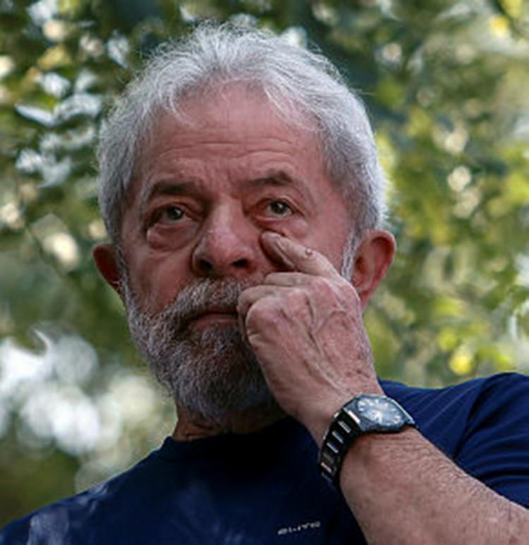 Condenado a 12 anos de reclusão por corrupção passiva e lavagem de dinheiro, Lula foi preso em 7 de abril. - Foto: Miguel Schincariol | Reprodução | AFP