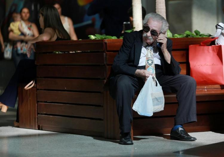 Gabriel Saraiva, 92, passeia no shopping quase todos os dias e arrumou uma paquera 40 anos mais nova - Foto: Adilton Venegeroles / Ag. A TARDE