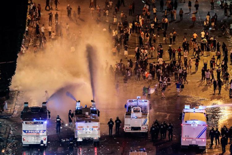 Policiais utilizaram gás lacrimogênio e jatos d'água para dispersar torcedores - Foto: AFP