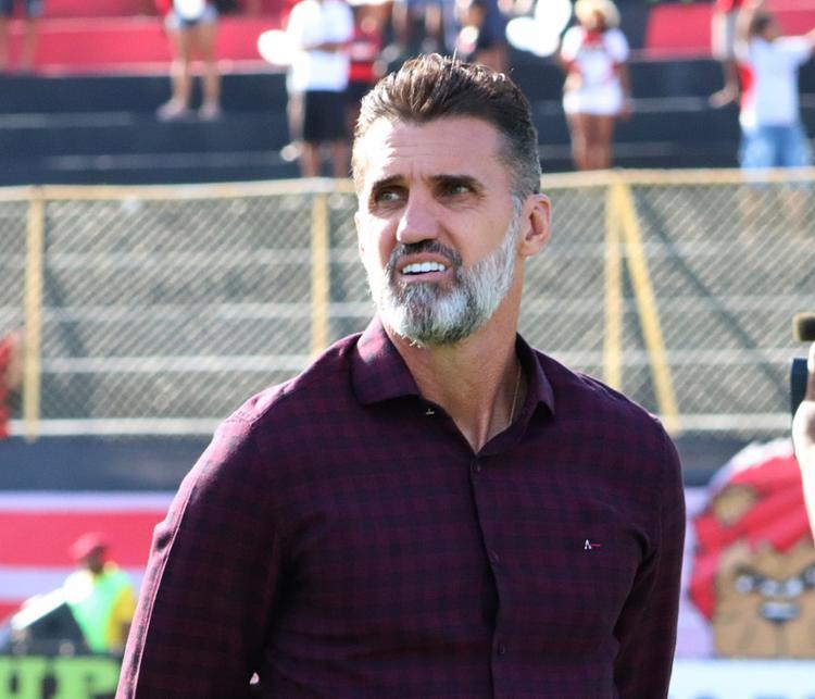 Treinador não resistiu à goleada sofrida para o Atlético-PR - Foto: Maurícia da Matta l EC Vitória