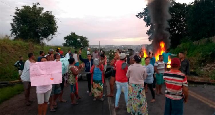 Manifestantes atearam fogo a objetos e bloquearam dois sentidos da via - Foto: Cidadão Repórter | Via WhatsApp