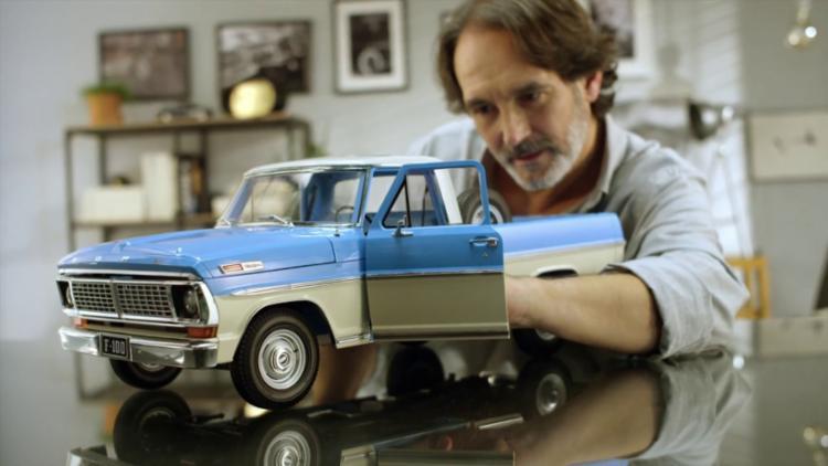 Pequeno Ford F100 tem 60 cm de comprimento e motor V8 detalhado com acabamento metalizado