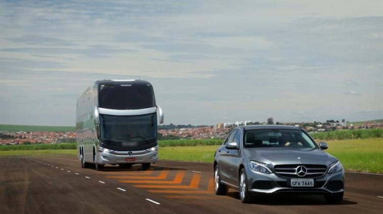 Sistema mantém distância constante e mais segurança na estrada em situações adversas - Foto: Divulgação | Mercedes-Benz
