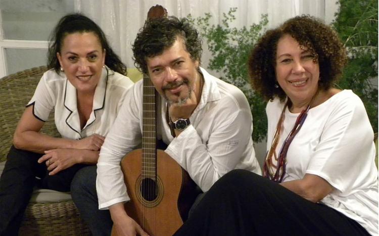 Trio se apresenta no Café-Teatro Rubi