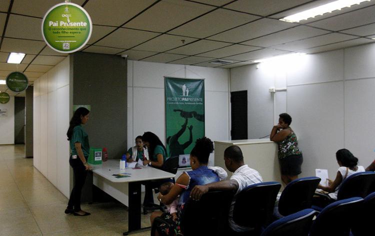 Cerca de 35 famílias participaram nesta sexta-feira, 6, do processo de apresentação do resultado de exames de paternidade - Foto: Adilton Venegeroles l Ag. A TARDE