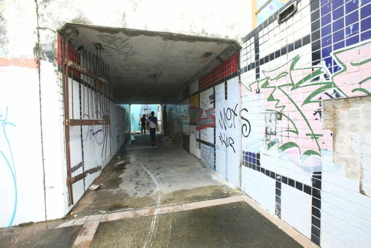 Pedestres reclamam de estrutura ruim na passagem subterrânea em Amaralina - Foto: Margarida Neide | Ag. A TARDE