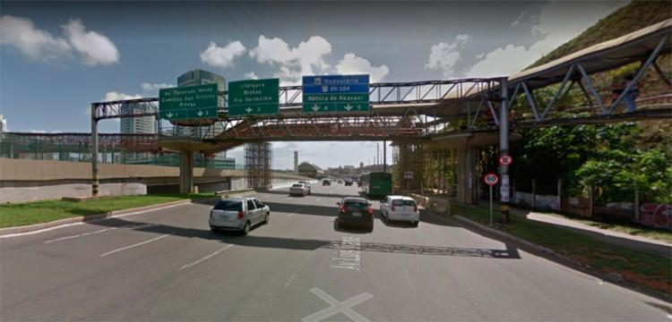 Passarela fica na altura da Ligação Iguatemi-Paralela (LIP) - Foto: Reprodução | Google Maps