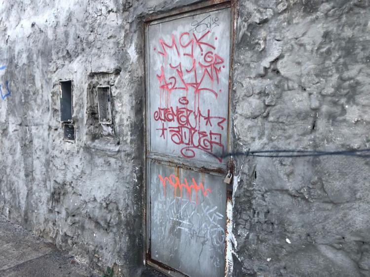 O imóvel abandonado só é protegido por um portão com cadeado