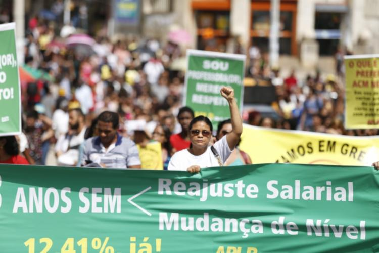 Professores seguem em caminhada pela avenida Sete de Setembro, com destino à Praça Municipal de Salvador - Foto: Raul Spinassé | Ag. ATARDE