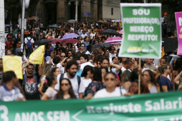 Educadores levam faixas e cartazes cobrando reajuste salarial e outros direitos