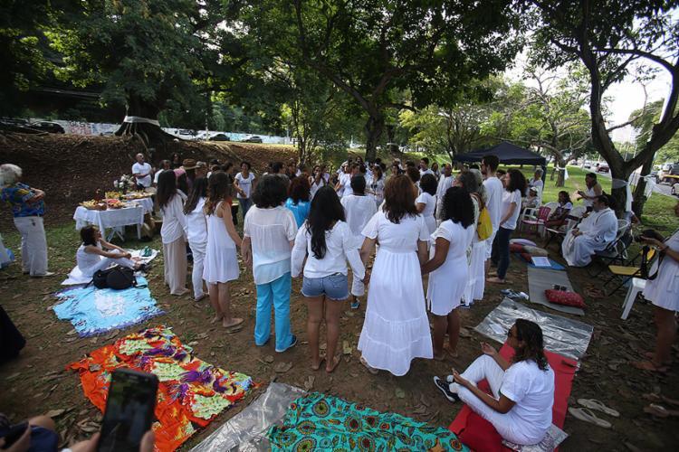 Grupo formou uma roda para entoar orações e pedir o fim das intervenções - Foto: Tiago Caldas l Ag. A TARDE