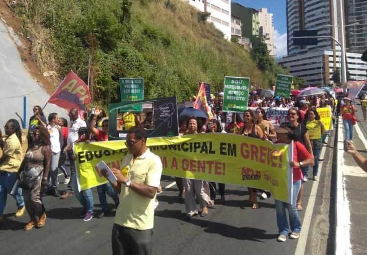 Trabalhadores participam de caminhada pela avenida Garibaldi - Foto: Divulgação