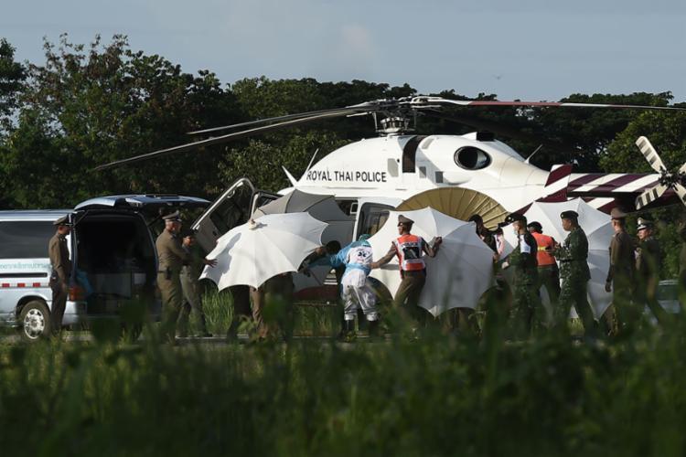 Operação de resgate começou neste domingo e conseguiu salvar quatro meninos - Foto: Lillian Suwanrumpha | AFP