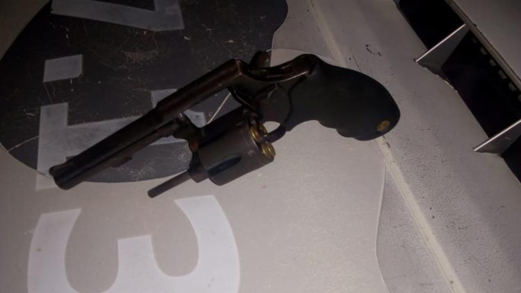 Uma arma calibre 38 foi apreendido com o homem morto