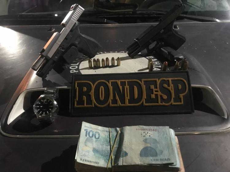 Armas e dinheiro estavam dentro de uma sacola