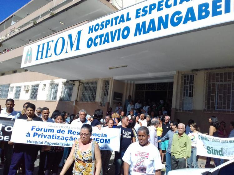 Grupo protestou em frente à unidade médica especializada - Foto: Joa Souza   Ag. A TARDE