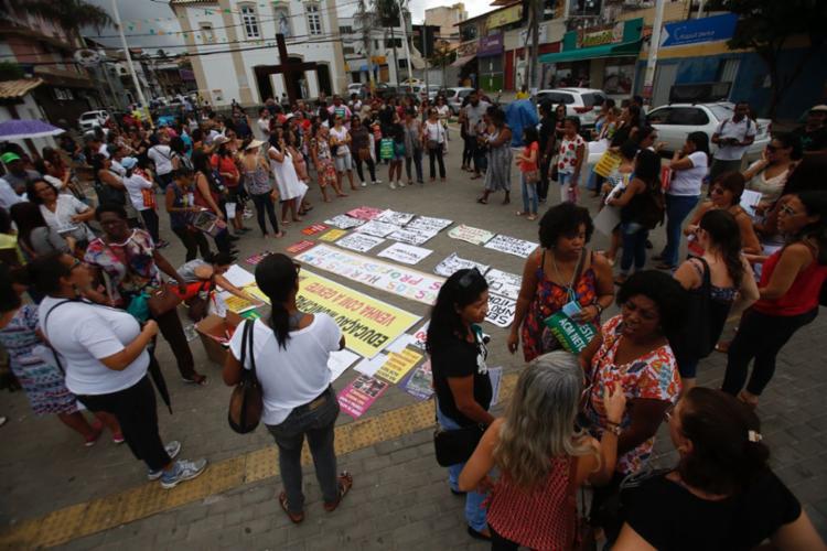 Manifestantes estão reunidos na frente da Igreja de Itapuã - Foto: Luciano Carcará | Ag. A TARDE