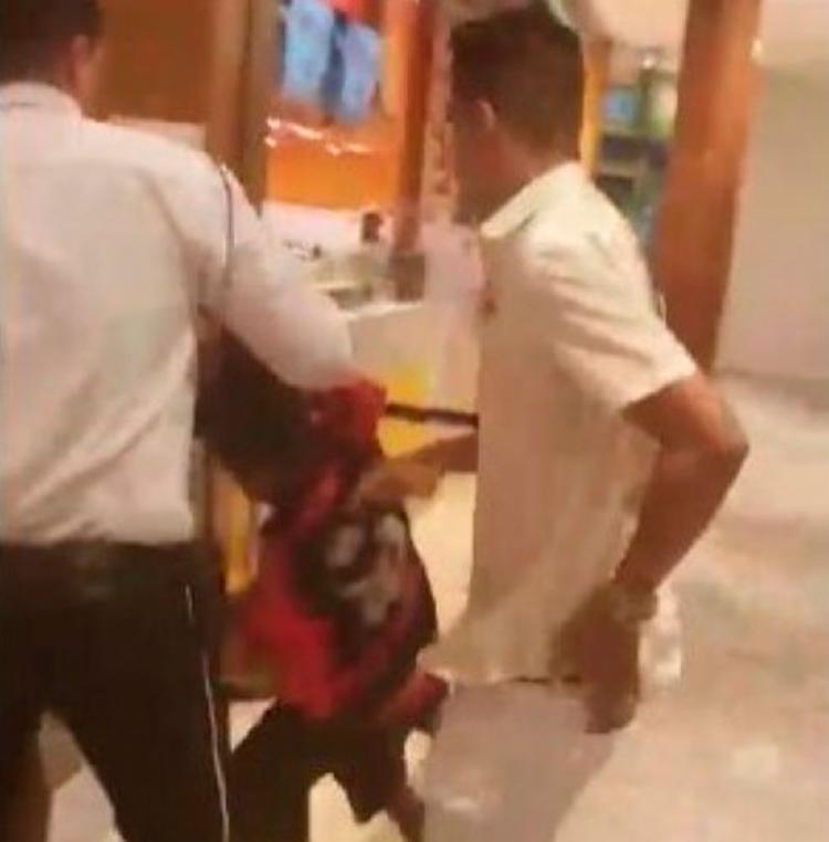 Cliente foi impedido de comprar comida para o garoto - Foto: Reprodução