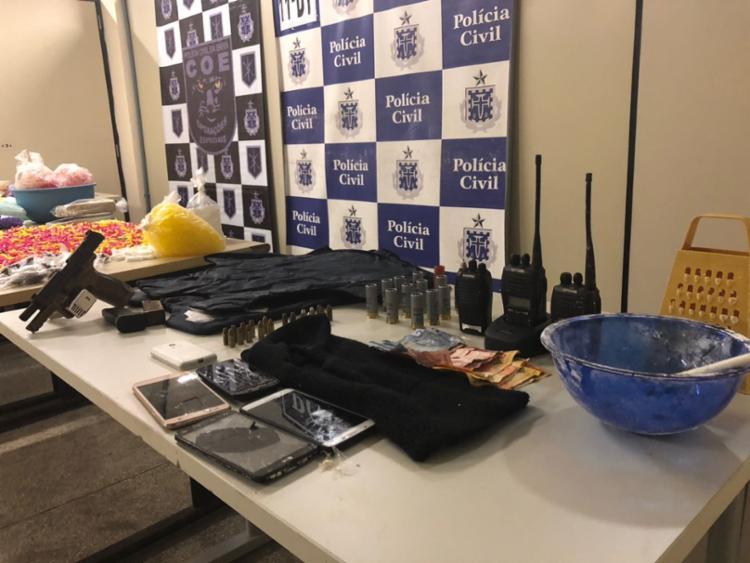 Policiais apreenderam também armas, comunicadores e outros materiais usados no tráfico
