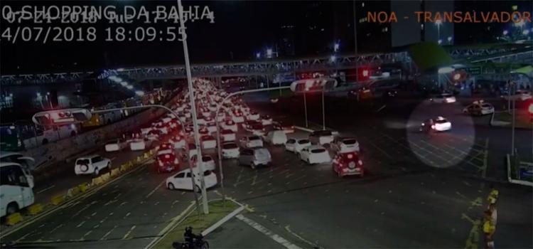Acidente ocorreu na bifurcação na região do Shopping da Bahia - Foto: Reprodução